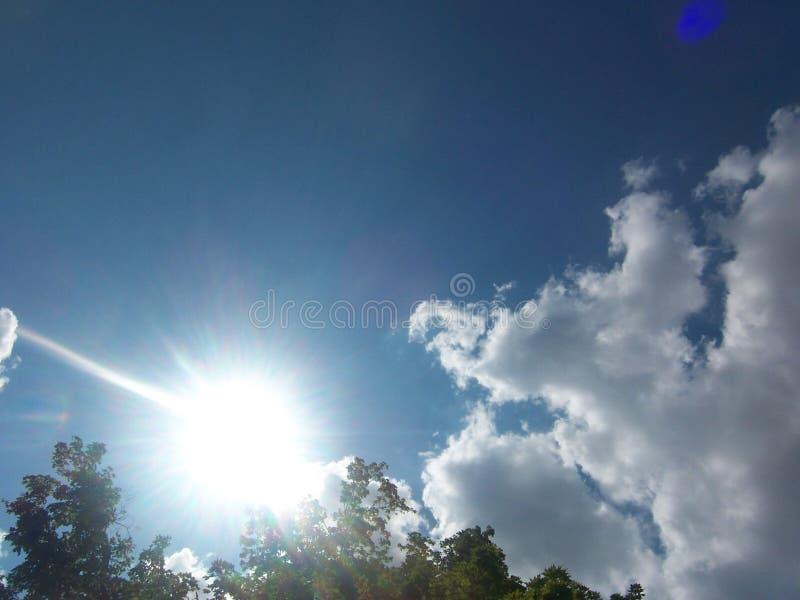 它` s每美丽的太阳发光的天 免版税库存图片
