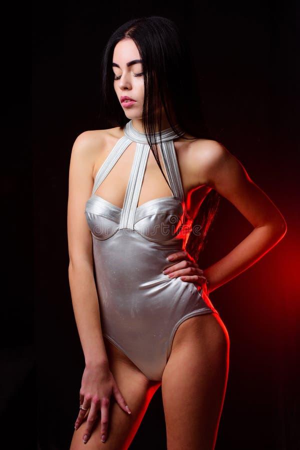 宇宙时尚 女孩可爱的身体穿未来派时尚女用贴身内衣裤 夫人佩带性感的太空飞船制服黑色背景 免版税库存照片