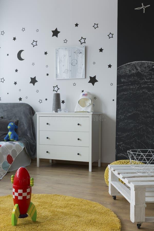 宇宙样式的新的儿童居室 库存图片