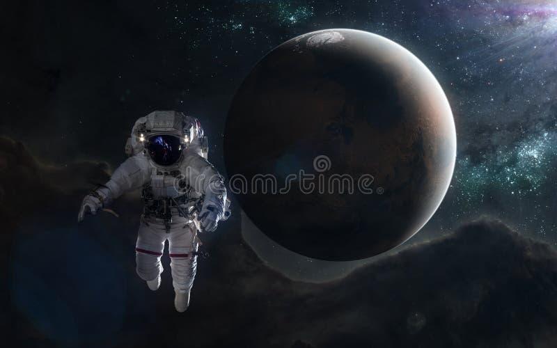 宇航员和红色行星在蓝色光芒 火星,太阳系 r 图象的元素由美国航空航天局装备 库存照片