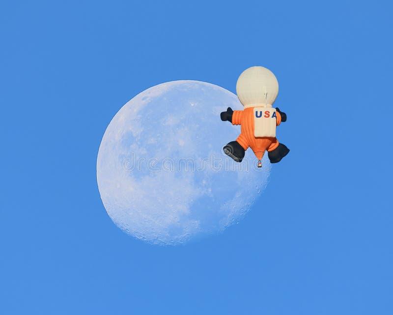 宇航员气球漂浮通过月亮在亚伯科基 库存图片