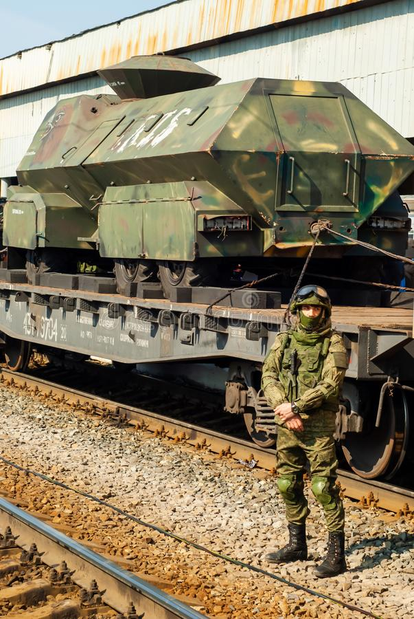 守卫俄国军队的战利品的流动陈列的战士在叙利亚竞选中 免版税库存照片