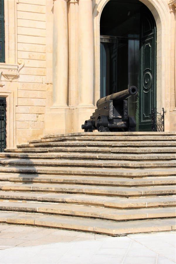 守卫入口的古色古香的大炮对宫殿在马耳他,瓦莱塔的首都 库存照片