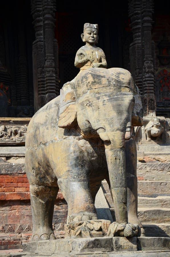 守卫在Patan Durbar广场尼泊尔的雕象图象 免版税库存照片