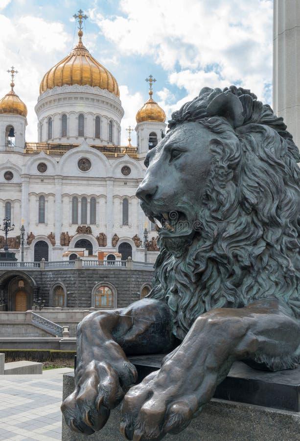 守卫寺庙的狮子 免版税库存图片