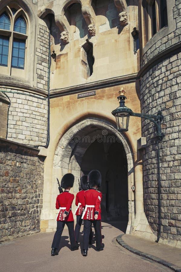 守卫改变在温莎城堡诺曼底门,在温莎的皇家住所在柏克夏,英国,英国县  免版税库存照片