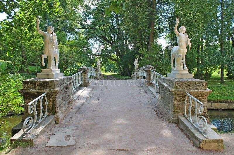 守卫段落的名骑手通过桥梁 Pavlovsky公园 巴甫洛夫斯克  库存照片