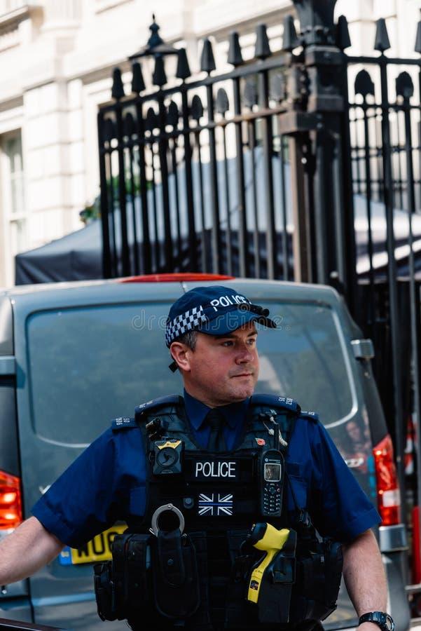 守卫10唐宁街的警察在伦敦 库存图片