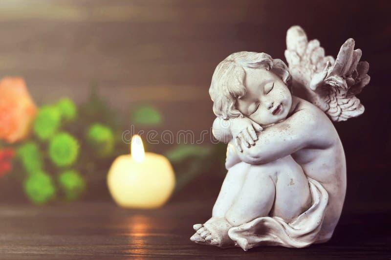 守护天使、蜡烛和花 图库摄影