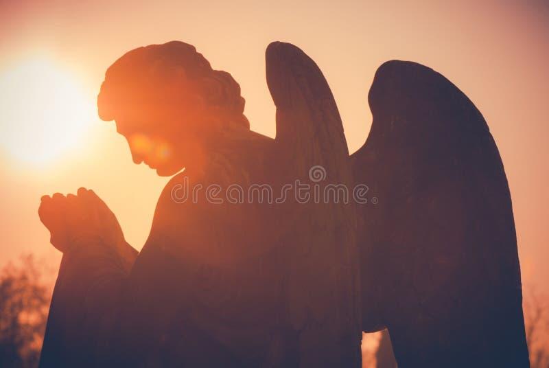 守护天使雕象背面图葡萄酒样式 库存照片