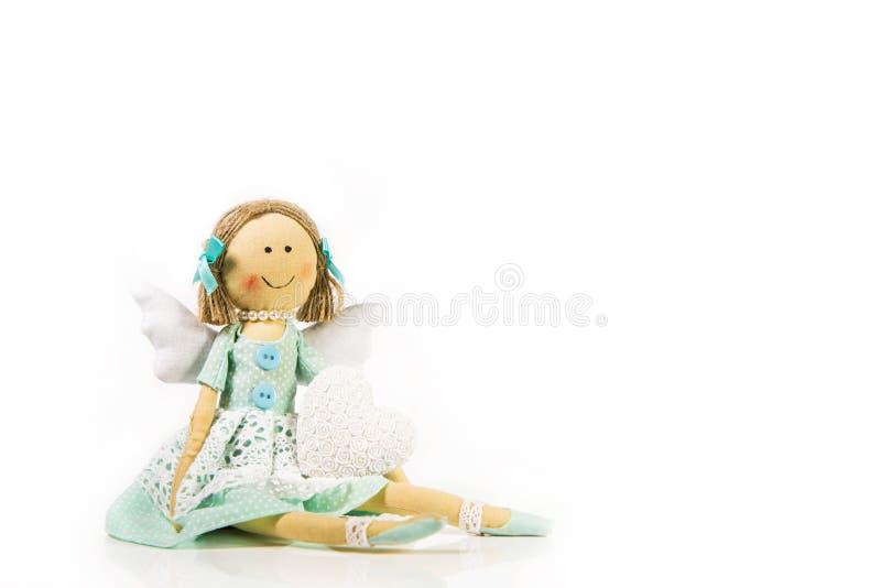 守护天使:有白色心脏的被隔绝的手工制造玩偶在她 库存图片