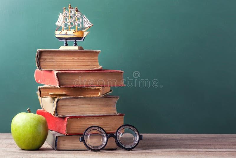 守旧派书、课本和学校用品在一张木桌上说谎 图库摄影