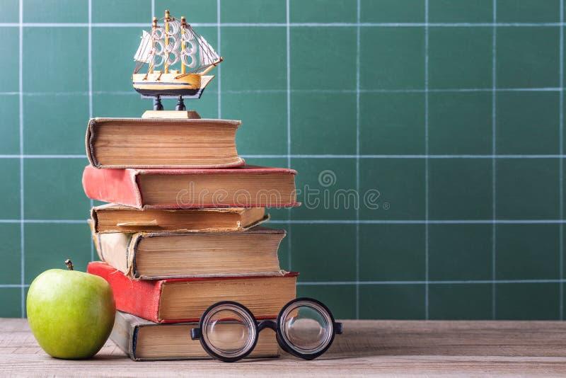 守旧派书、课本和学校用品在一张木桌上说谎 免版税图库摄影
