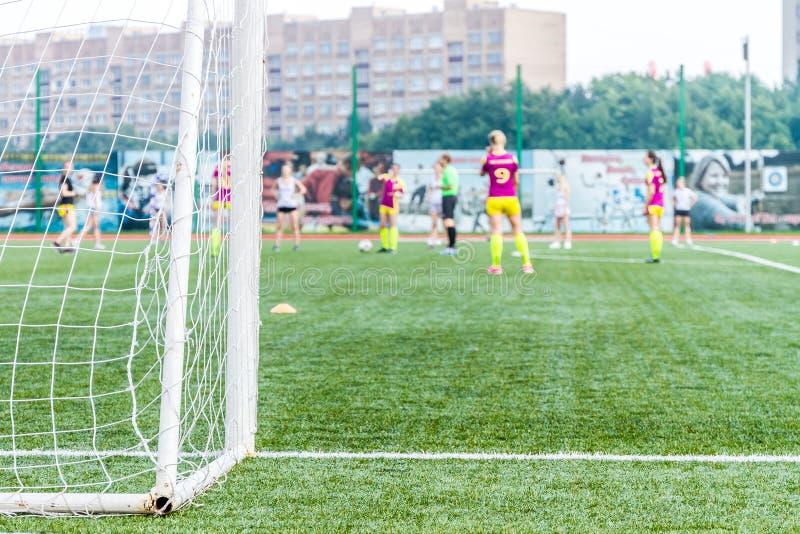 守门员妇女站立反对与网和体育场的目标 Femal 免版税图库摄影