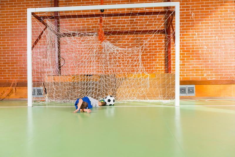 年轻守门员错过了足球 库存图片