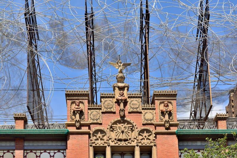安东尼Tapies雕塑在Fundacio安东尼Tapies大厦的上面的 免版税库存图片