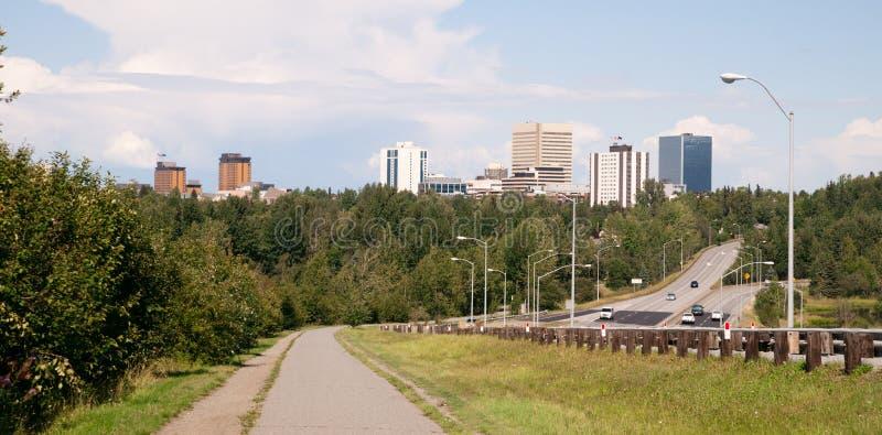 安克雷奇阿拉斯加白天街市城市地平线自行车道路高速公路 免版税库存图片