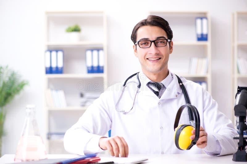 安全医生劝告关于取消耳机的噪声 库存照片