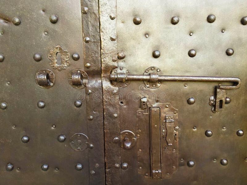 -安全和保护概念-被定调子的老闭合的金属门 免版税库存图片