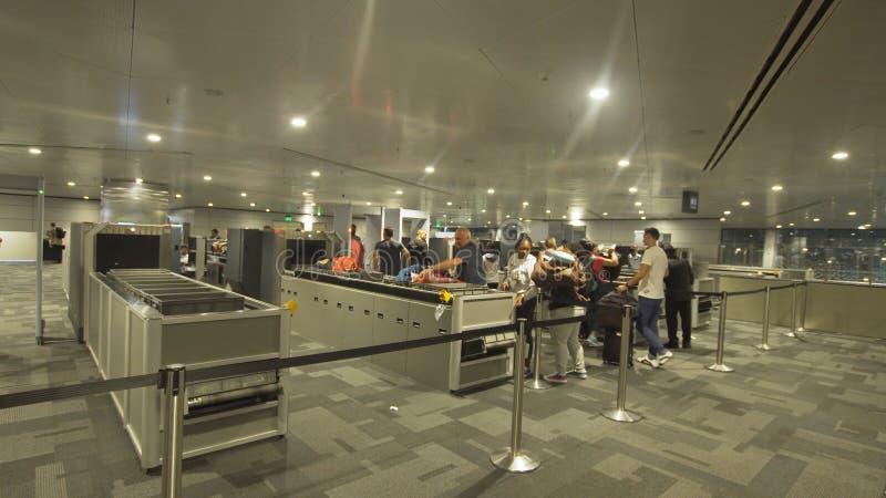 安全和护照管制在机场在多哈,卡塔尔 库存照片