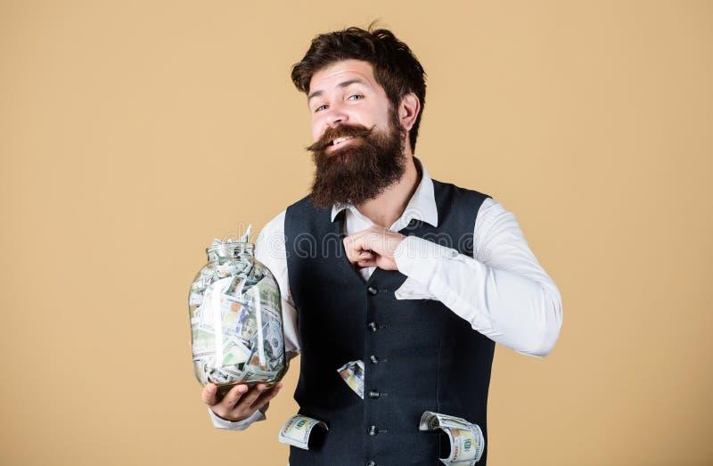 安全和金钱储款 银行业务概念 充分人有胡子的人举行瓶子现金储款 保留金钱的安全的地方 免版税库存照片