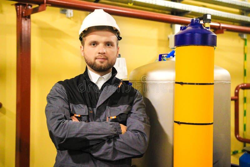安全帽的工作者在工厂设备 免版税库存照片