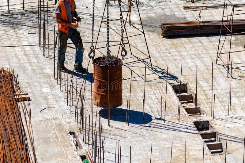 安全帽的建筑工人在居民住房工地工作 库存图片