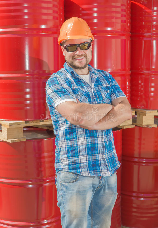 安全帽standig的工作者在金属前面 库存照片