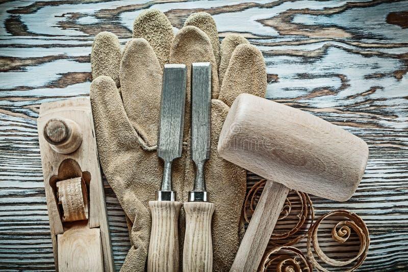 安全手套混在一起刮平面计划的ch的锤子平的凿子 免版税库存照片