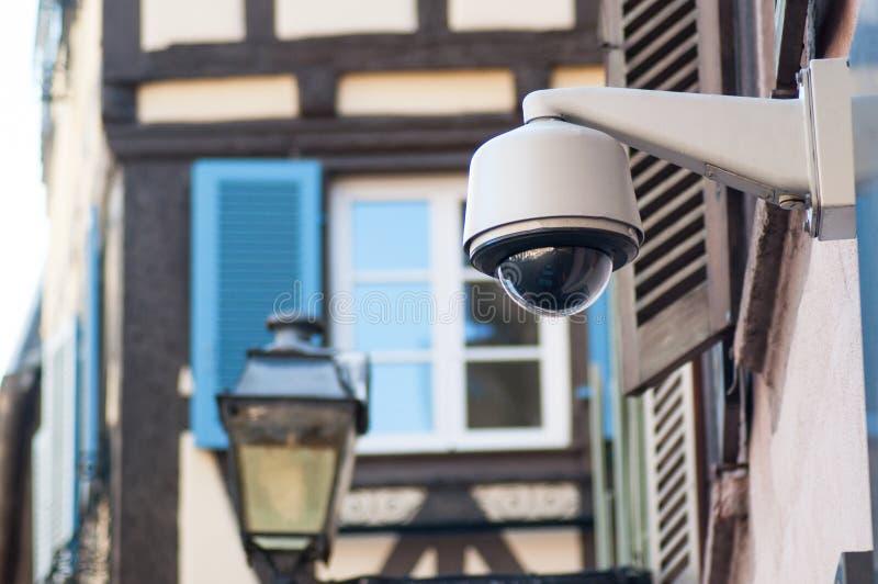 安全棕色安全监控相机在都市背景的 免版税库存图片