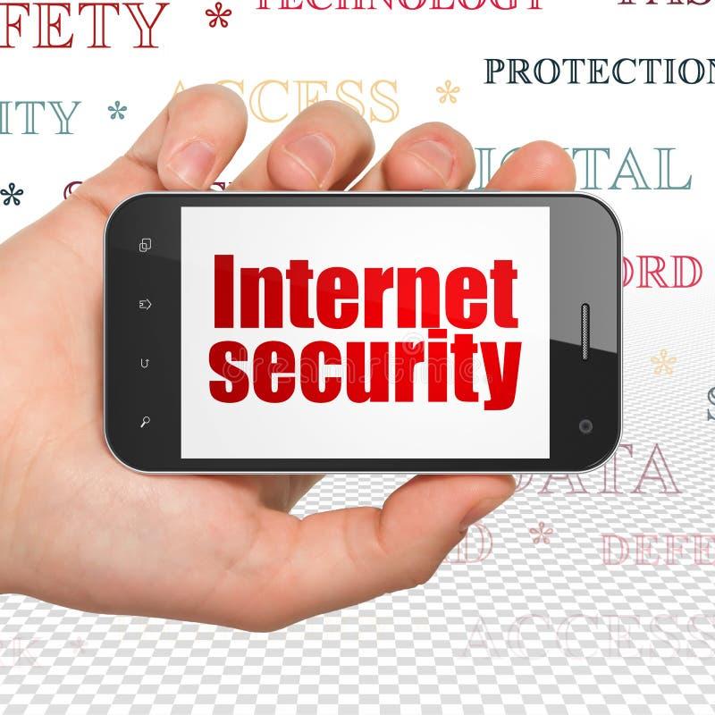 安全概念:递拿着智能手机以在显示的互联网安全 库存例证