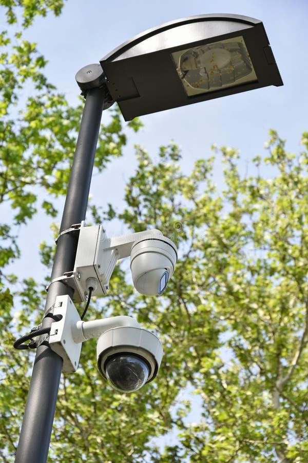 安全监控相机和室外的街灯 库存照片