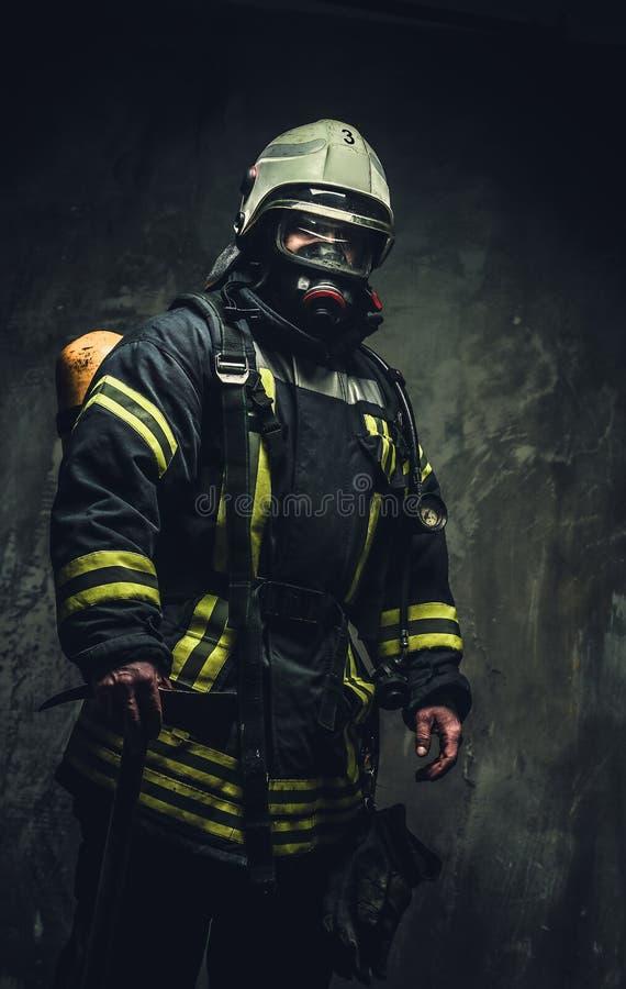 安全盔甲和制服的抢救消防队员 免版税库存图片