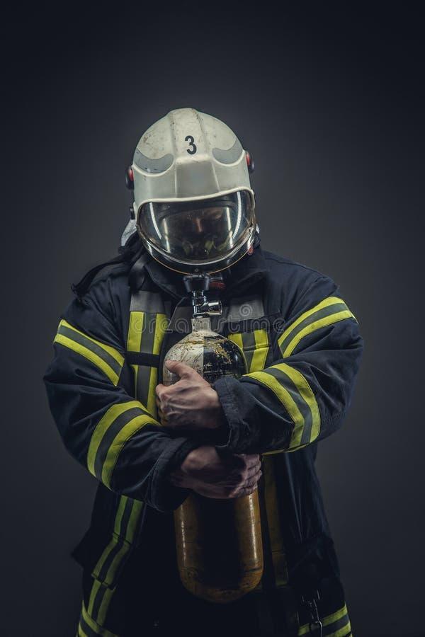 安全盔甲和制服的抢救消防队员 库存照片