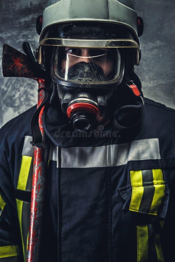 安全盔甲和制服的抢救消防队员 免版税库存照片