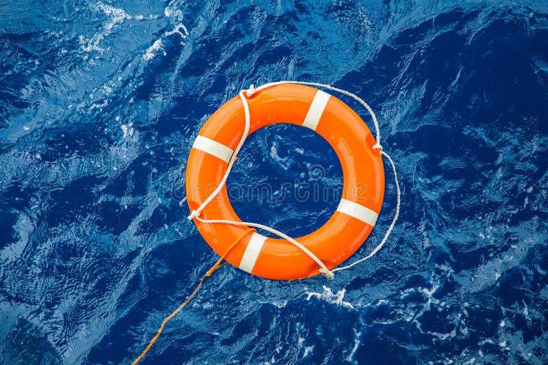 安全设备、救生圈或者漂浮在海的抢救浮体抢救从淹没人的人 库存图片