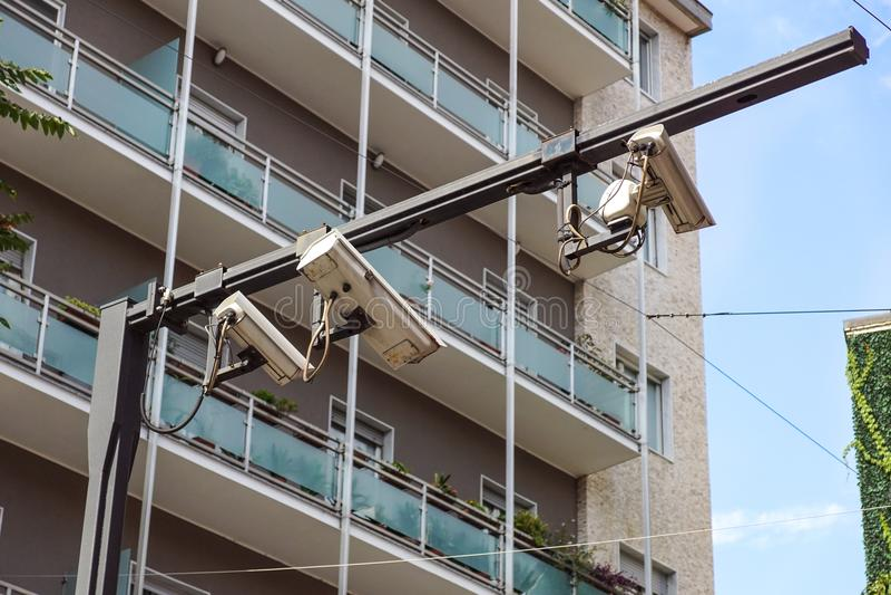 安全设备概念-在汽车停车处的CCTV照相机录影监视在拘留所安全保护系统范围控制 库存照片