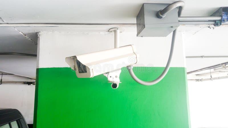 安全设备概念 特写镜头CCTV照相机监视在停车场 CCTV在汽车停车处安全保护系统的照相机监视 库存照片