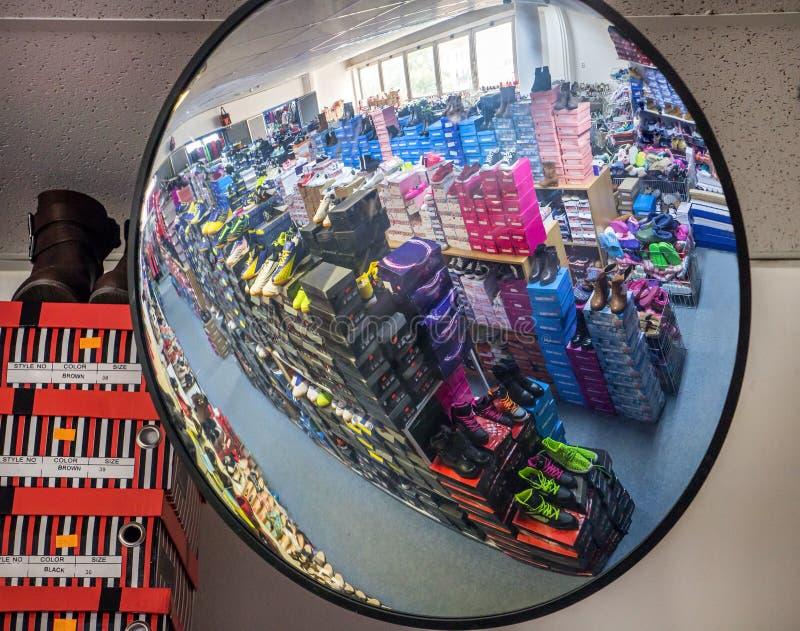 安全镜子在商店 免版税库存图片