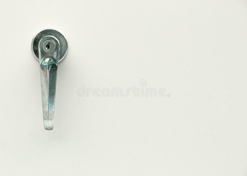 安全门和老钢把柄有孔钥匙的在金属背景,拷贝空间 库存图片