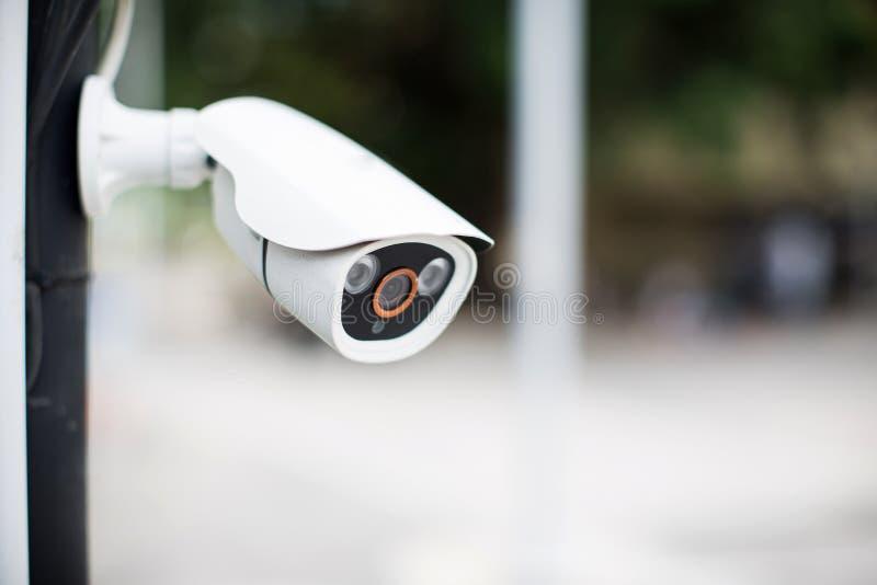 安全CCTV照相机监视系统室外房子 被弄脏的夜城市scape背景 免版税库存照片