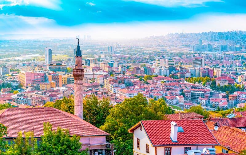 安卡拉/土耳其- 2018年9月08日:安卡拉从安卡拉城堡的风景和Haci巴伊拉姆区视图在天空蔚蓝背景中 图库摄影