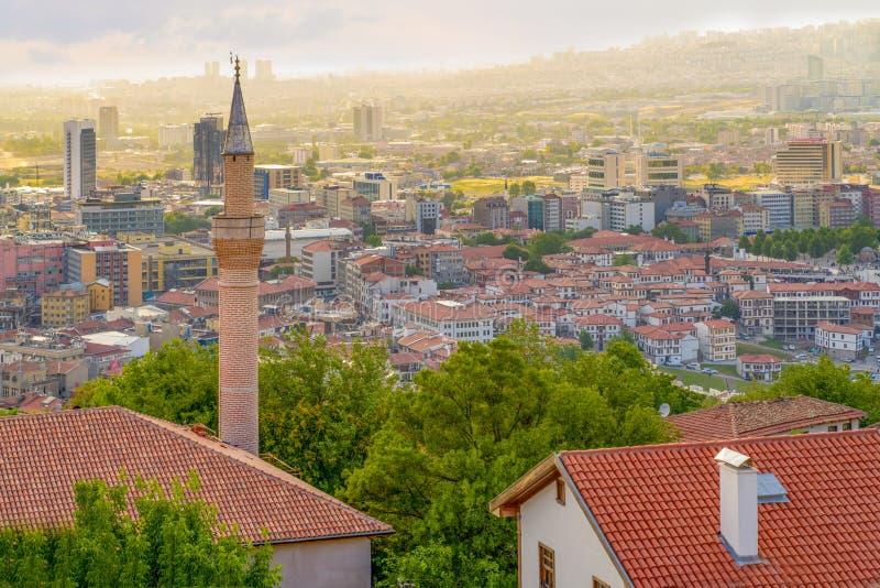 安卡拉/土耳其- 2019年7月06日:安卡拉从安卡拉城堡的风景和Haci巴伊拉姆区视图在天空蔚蓝背景中 库存照片