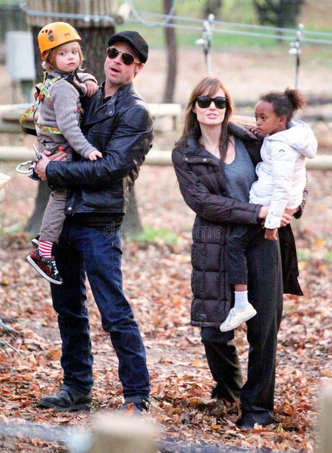 安吉丽娜・朱莉和毕・彼特有他们的孩子的 库存图片