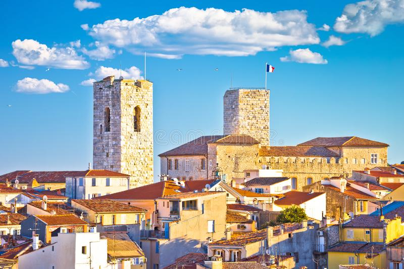 安地比斯沿海岸区和屋顶视图历史的法国海滨老镇  免版税库存照片