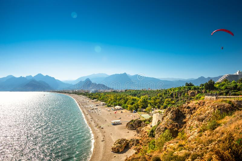 安塔利亚和地中海海岸和海滩与滑翔伞,安塔利亚,土耳其全景鸟景色  库存图片