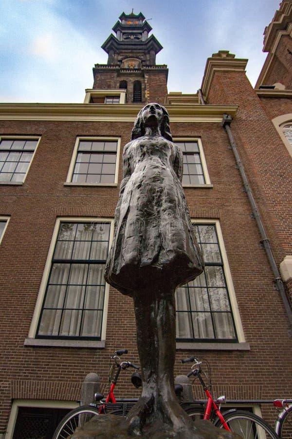 安妮・弗兰克雕象在阿姆斯特丹 库存照片