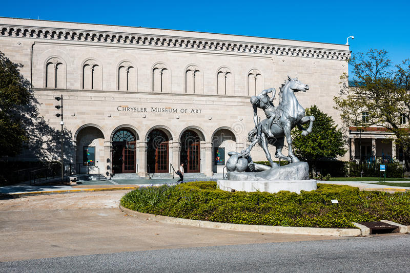 安娜凯悦亨廷顿在克莱斯勒博物馆前面的` s雕象 库存照片