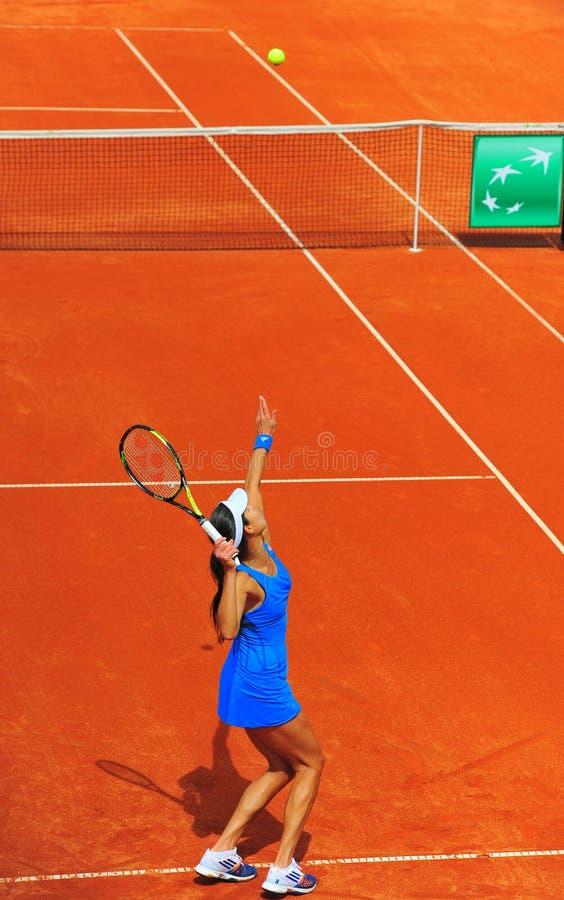 安娜・伊万诺维奇网球员服务 图库摄影