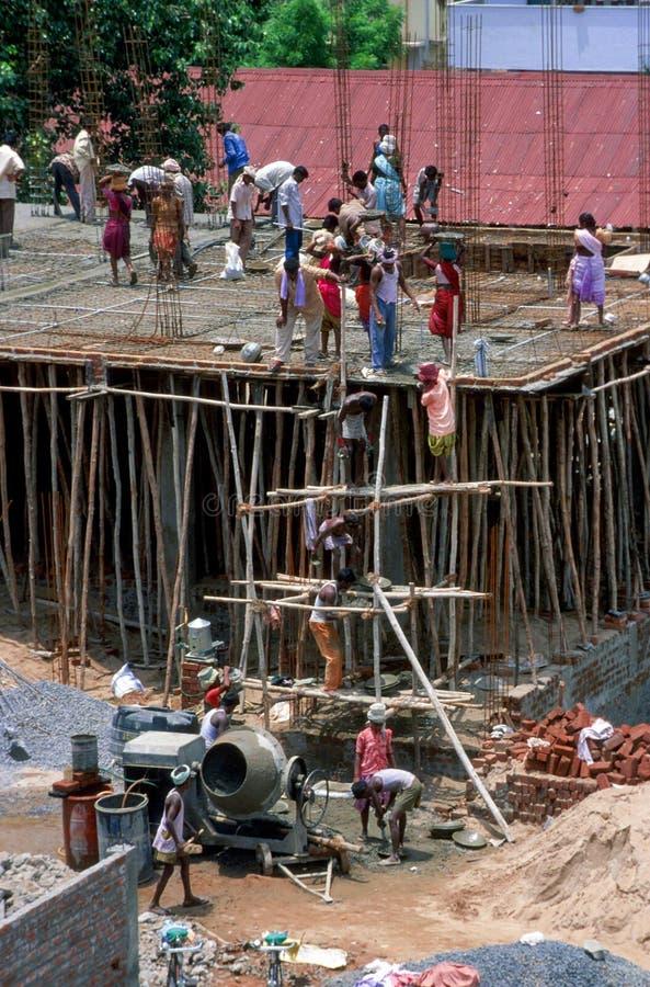 安得拉邦,印度:工作在大厦的建筑工人 免版税库存照片